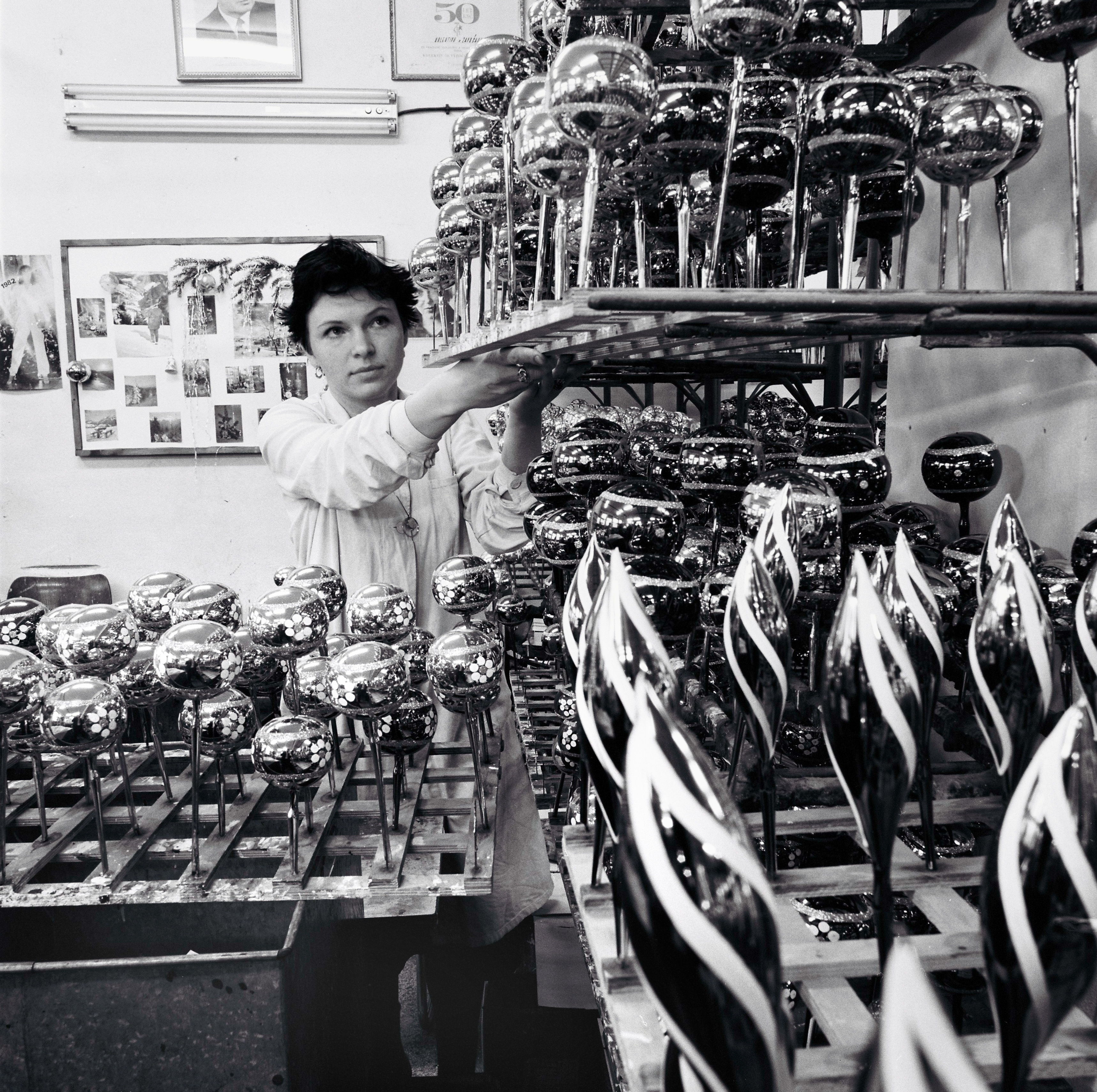 Na archívnej snímke z 15. decembra 1982 pohľad do dielne OKRASA v Čadci, kde Vieroslava Boáňová odkladá paletu s vyzdobenými  bankami.