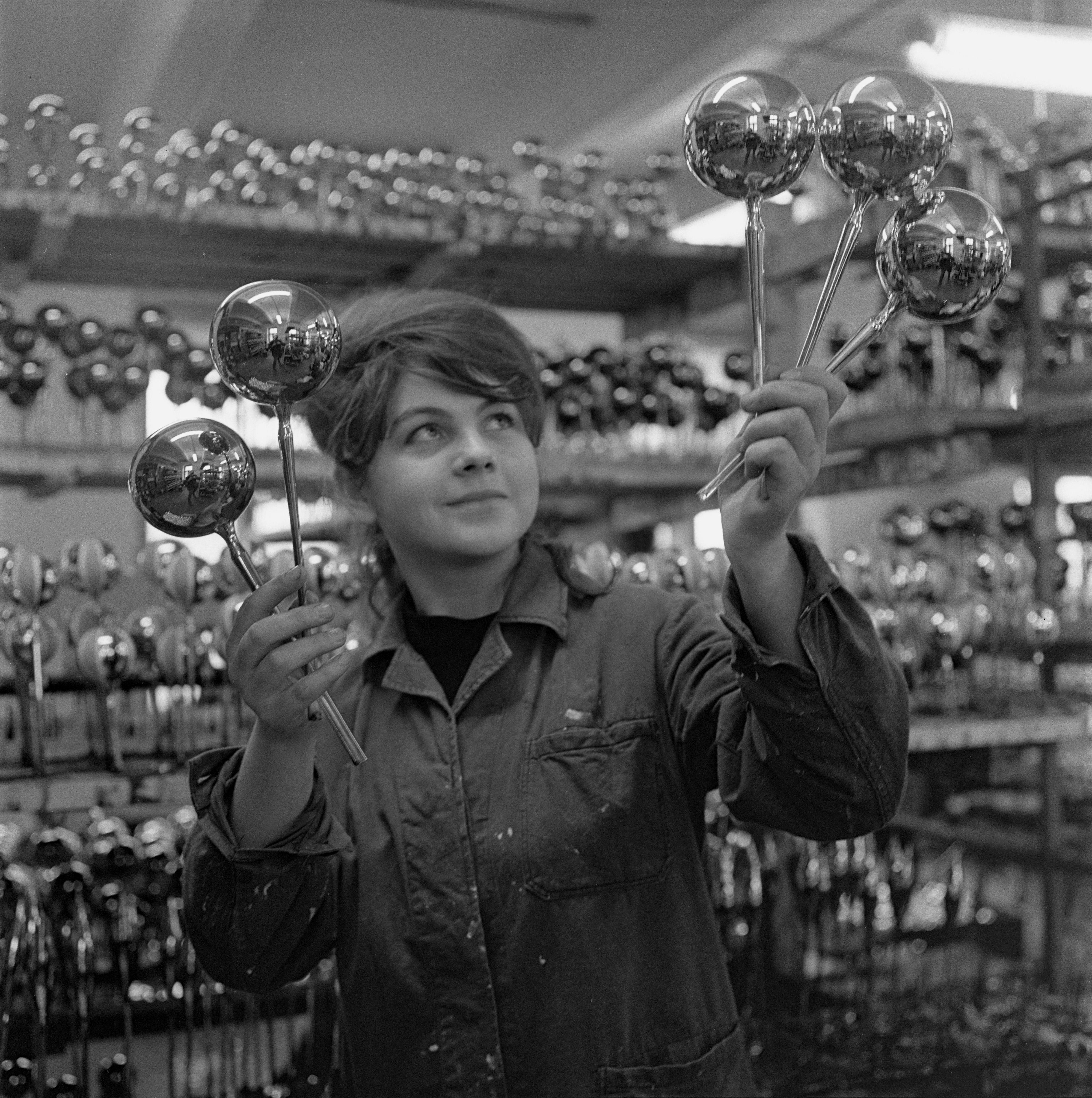 Na archívnej snímke zo 17. novembra 1966 robotníčka Anna Rajská zo závodu Červený most v Bratislave.
