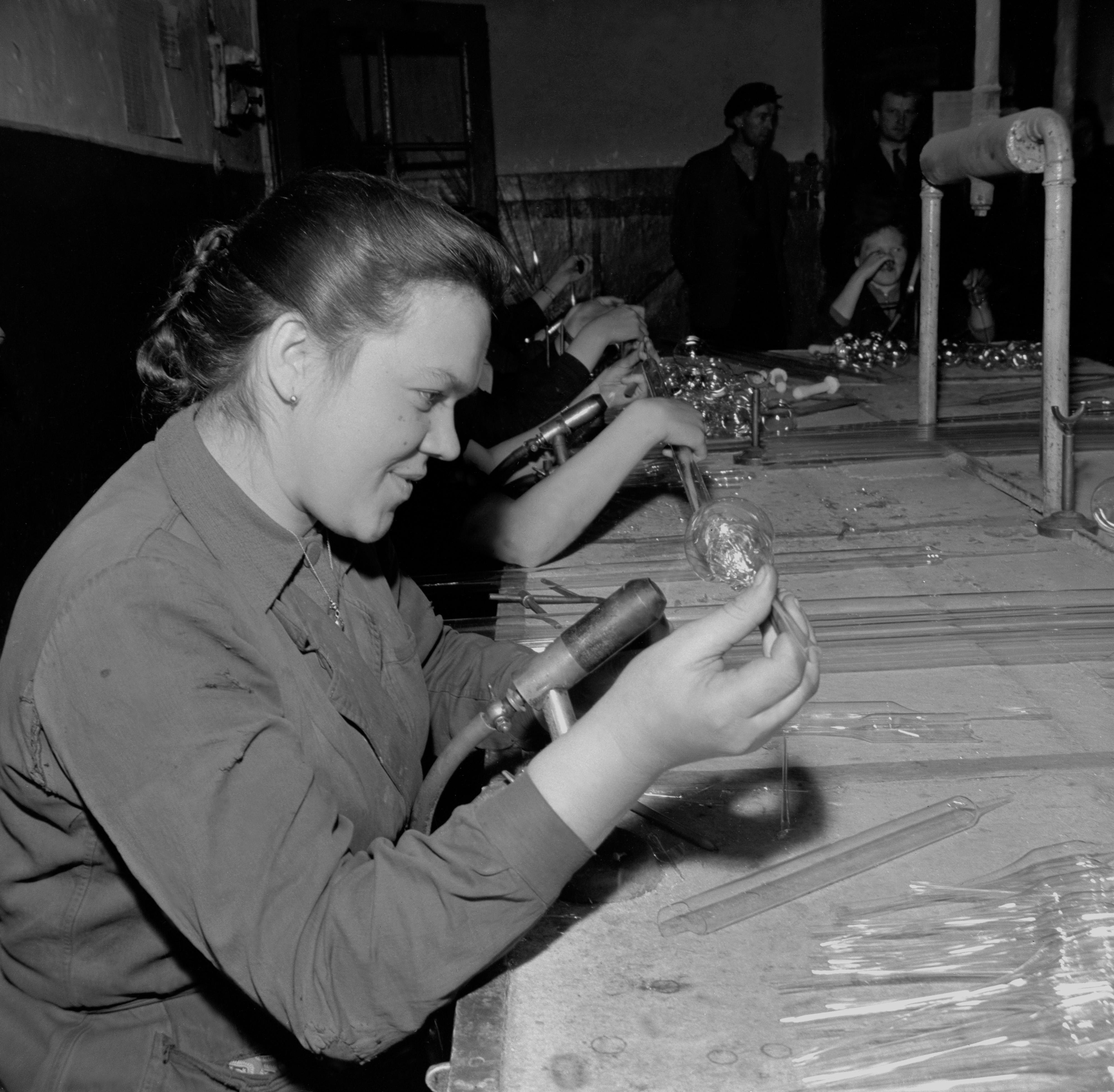 Na archívnej snímke z 25. novembra 1959 Anna Tomaničková, 21 ročná zväzáčka, je najlepšou pracovníčkou vo výrobnom družstve OKRASA v Čadci.