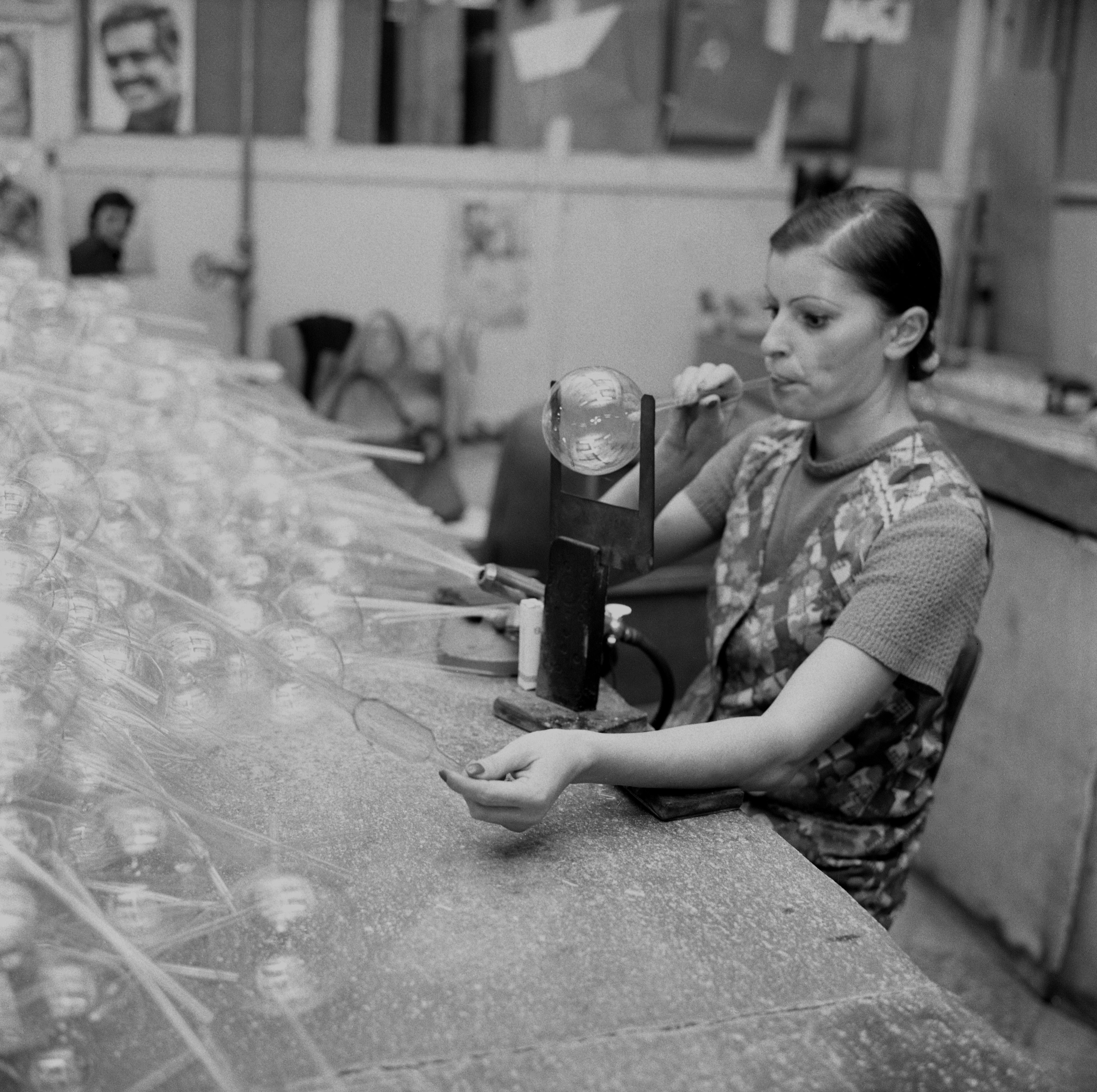 Na archívnej snímke z 28. novembra 1976 fúkačka Agneša Koštrnová, najvýkonnejšia pracovníčka Slovenských závodov technického skla v Bratislave.