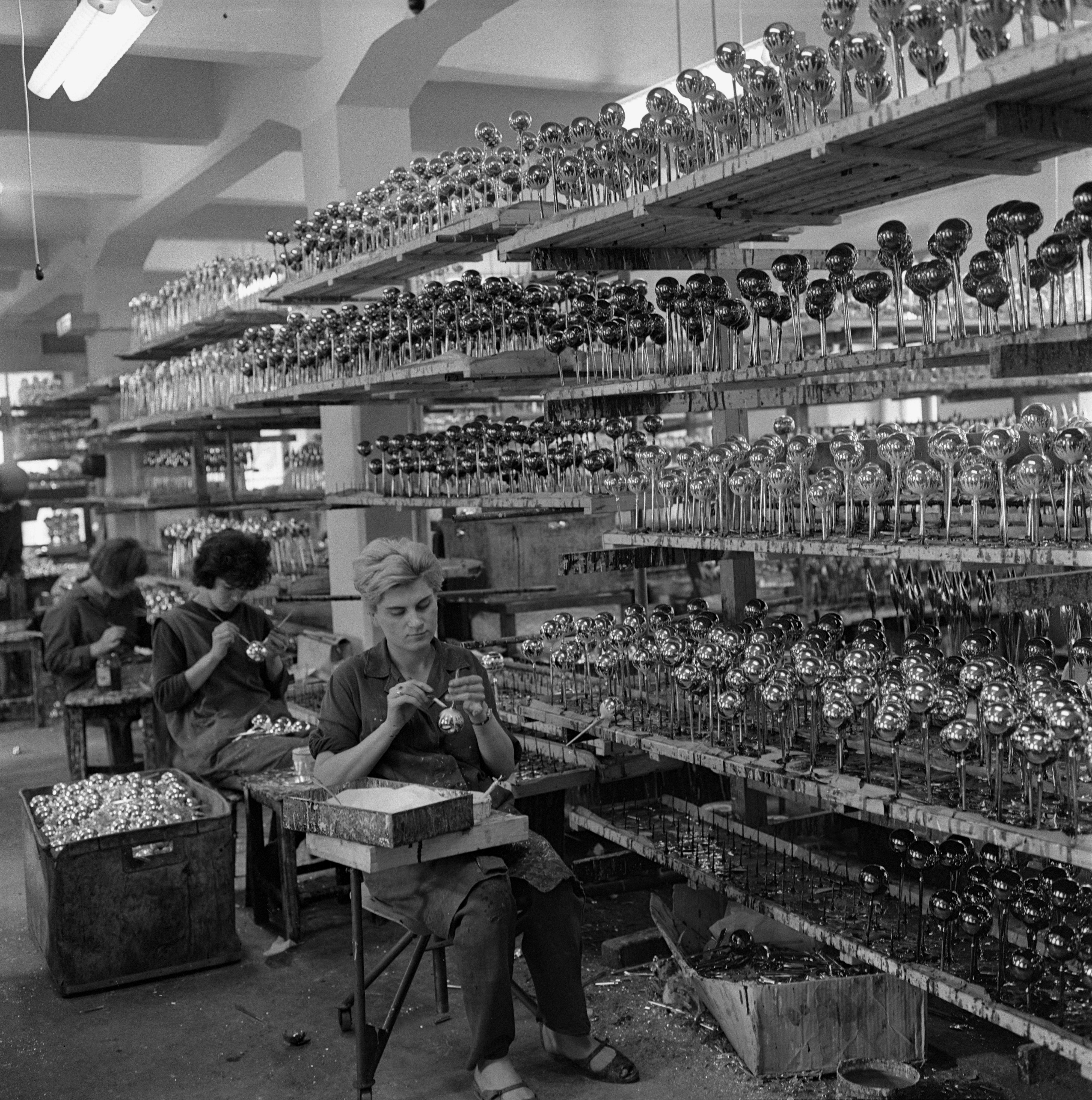 Na archívnej snímke zo 17. novembra 1966 pohľad do výrobne ozdôb v Bratislave, kde pracujú len ženy.
