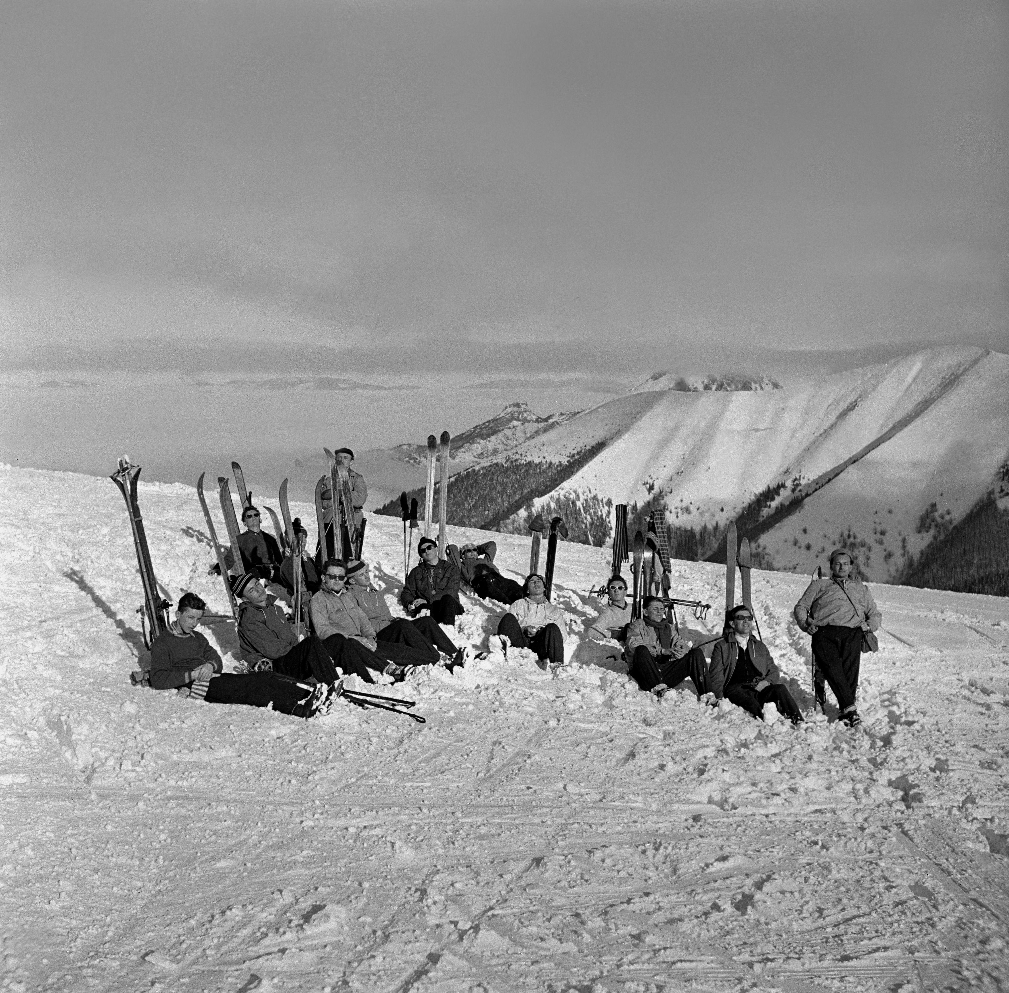 Na archívnej snímke z 12. februára 1960 rekreanti vo Vrátnej.