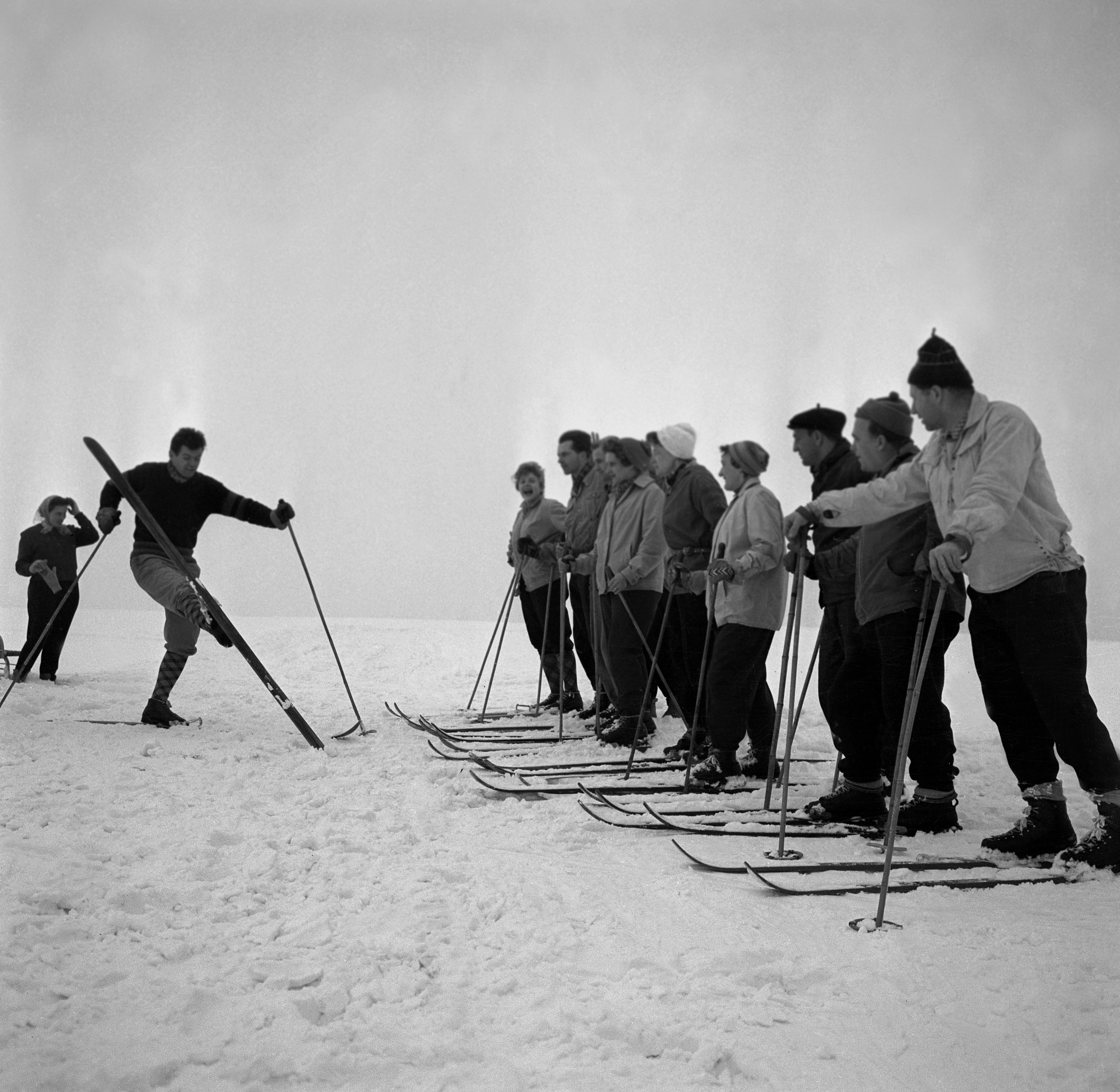 Na archívnej snímke z 29. januára 1960 pracovníci výrobných družstiev na rekreácii. V hoteli