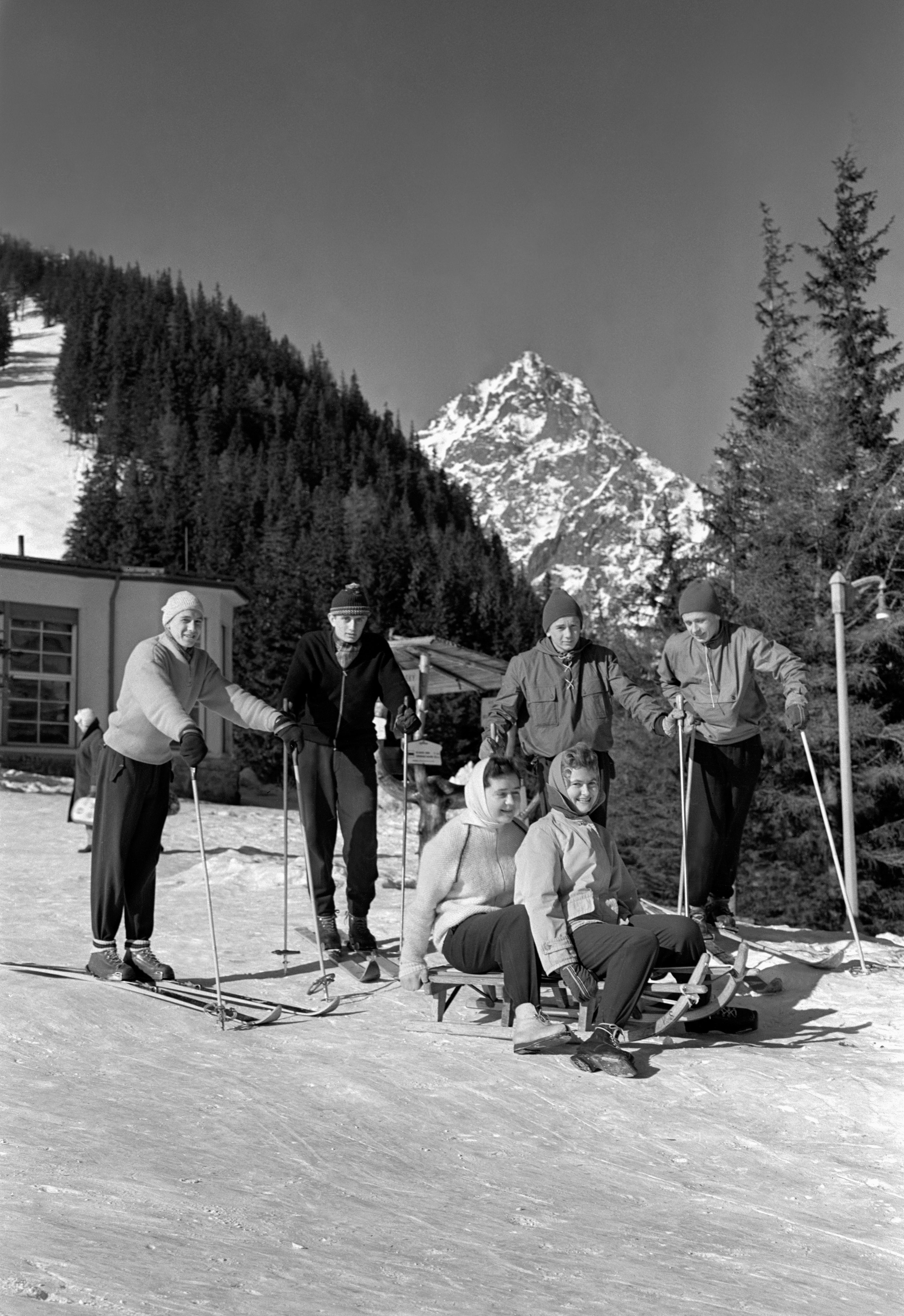 Na archívnej snímke z 25. februára 1960 zimná rekreácia ROH vo Vysokých Tatrách.