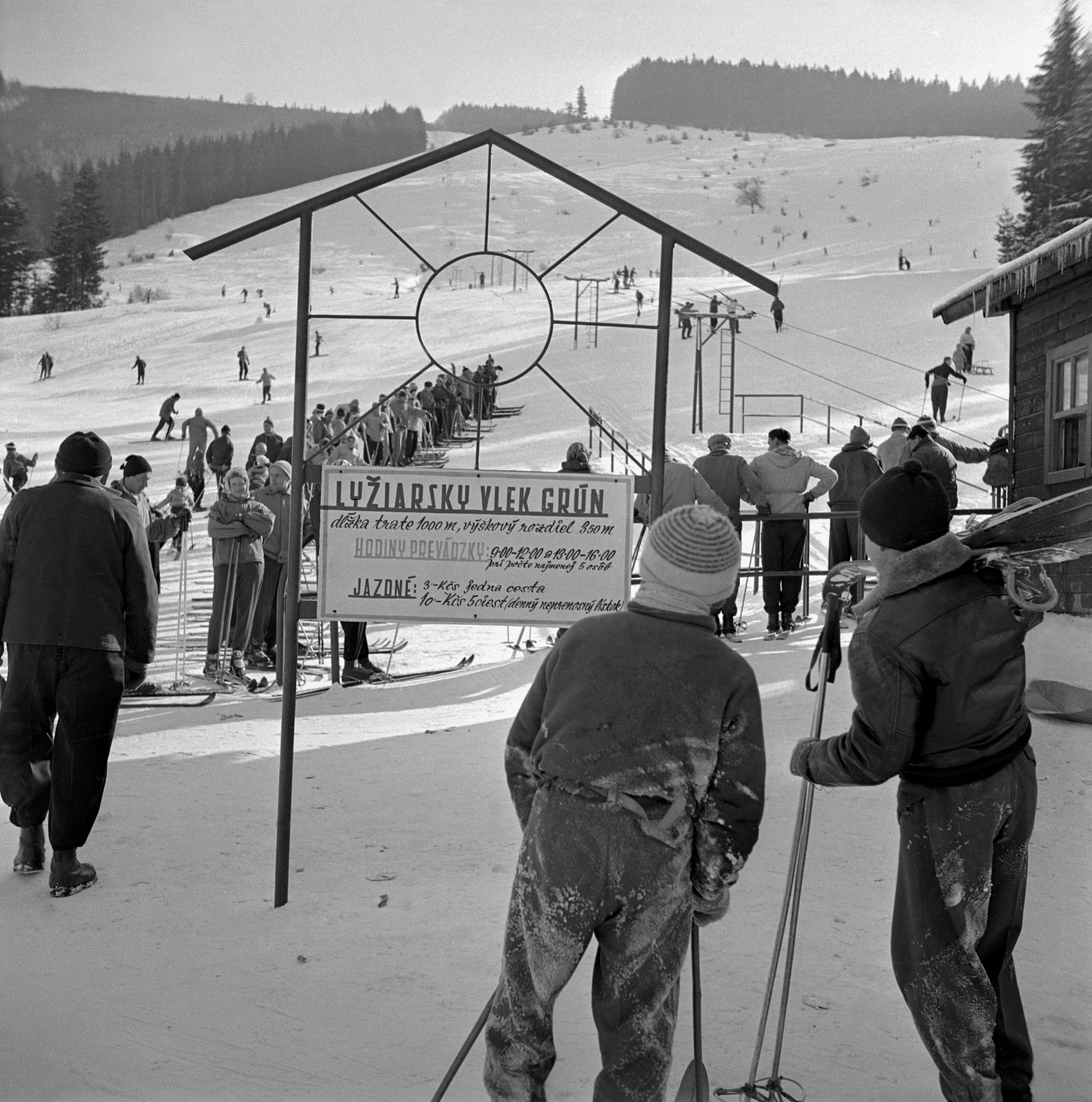 Na archívnej snímke z 12. februára 1960 športovci a rekreanti v lyžiarskom stredisku Grúň. Za jednu jazdu sa platili 3,- Kčs, denný neprenosný lístok s piatimi jazdami stál 10,- Kčs.