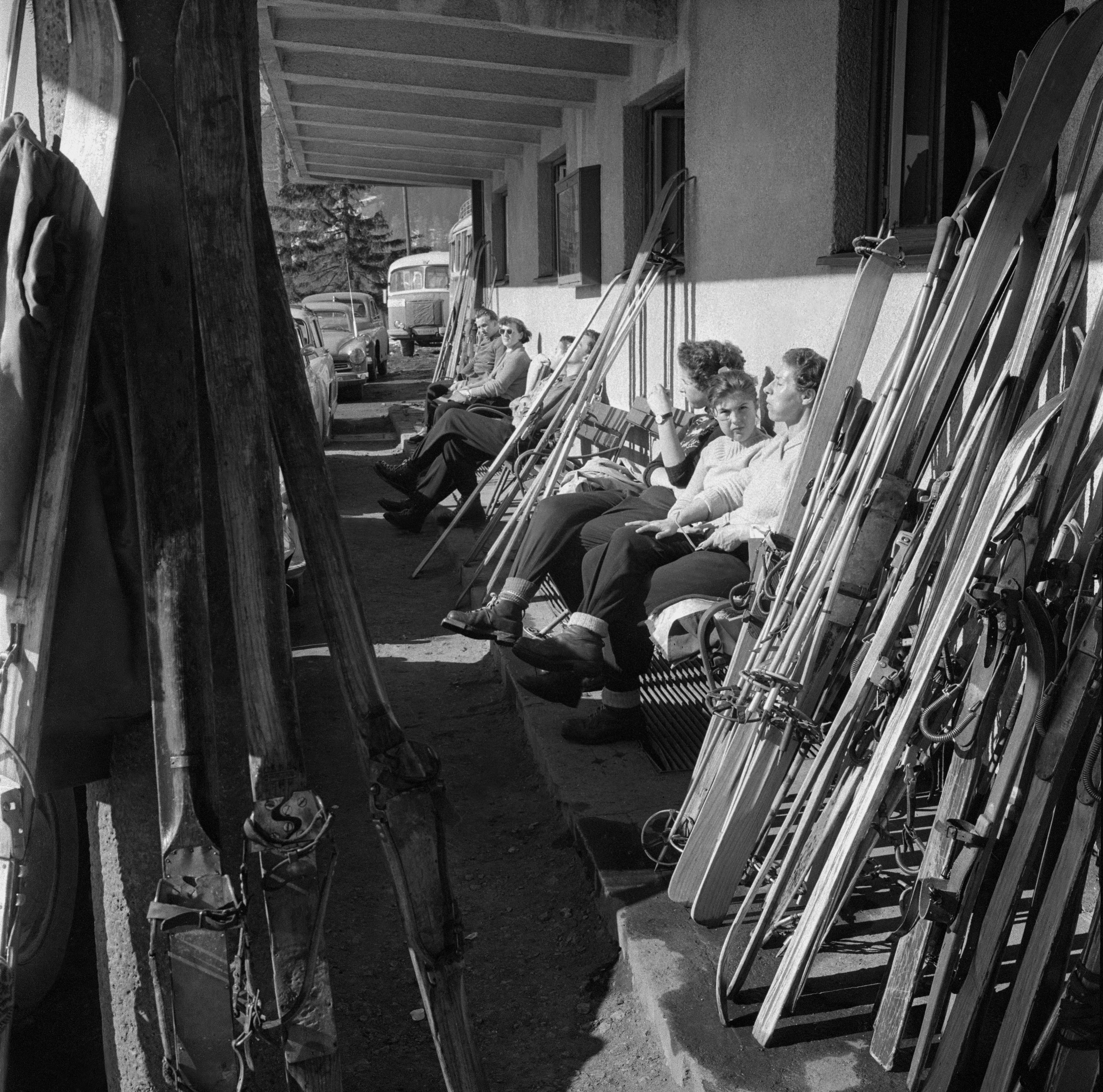 Na archívnej snímke z 12. marca 1959 zimné krásy a radosti v okolí lyžiarskeho strediska Donovaly.