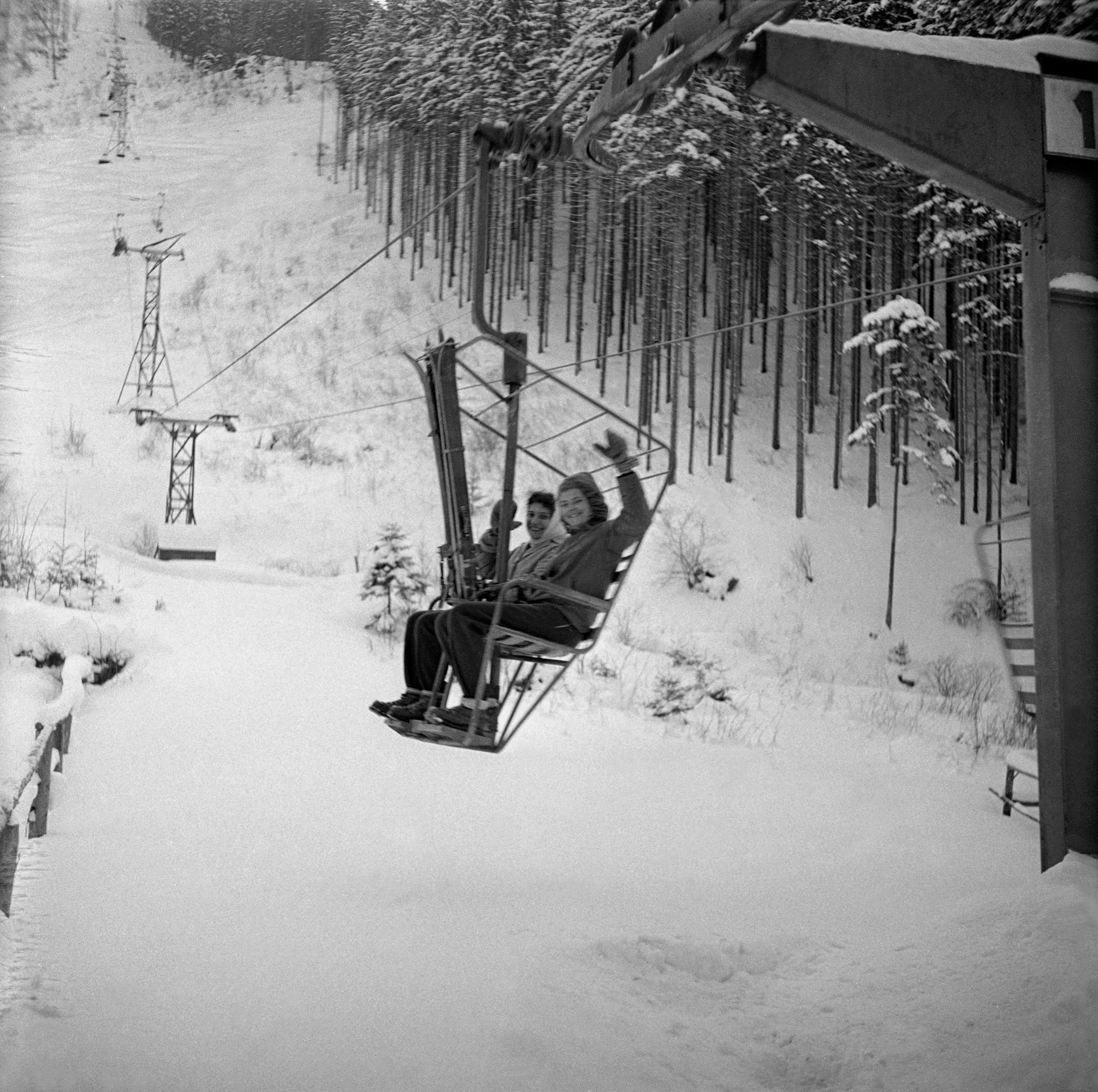 Na archívnej snímke z 12. februára 1960 sedačkový výťah z Vrátnej doliny na hornú stanicu - Snilovské sedlo pod Fatranským Kriváňom.