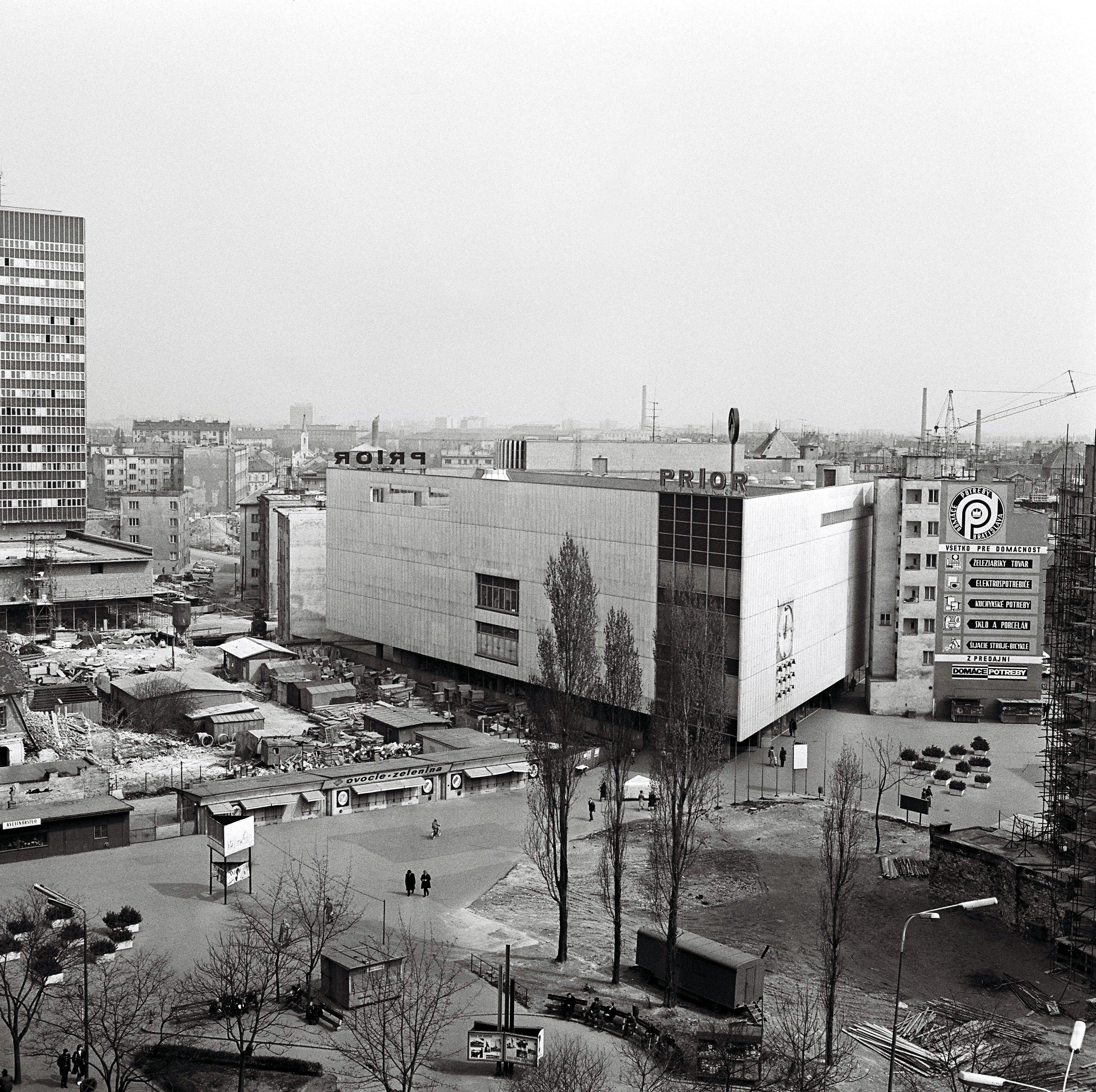 Na archívnej snímke z 2. apríla 1973 je nový obchodný dom Prior na Kamennom námestí, ktorý bol otvorený 20. novembra 1968.