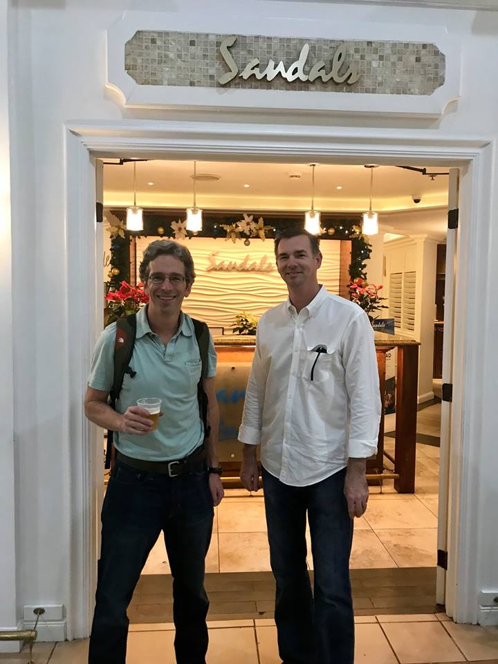 Na snímke z 6. januára 2018 Matthew Stevenson (vľavo) a John Flanagan, ktorí oslávili svoje hrdinstvo vychladeným pivom.