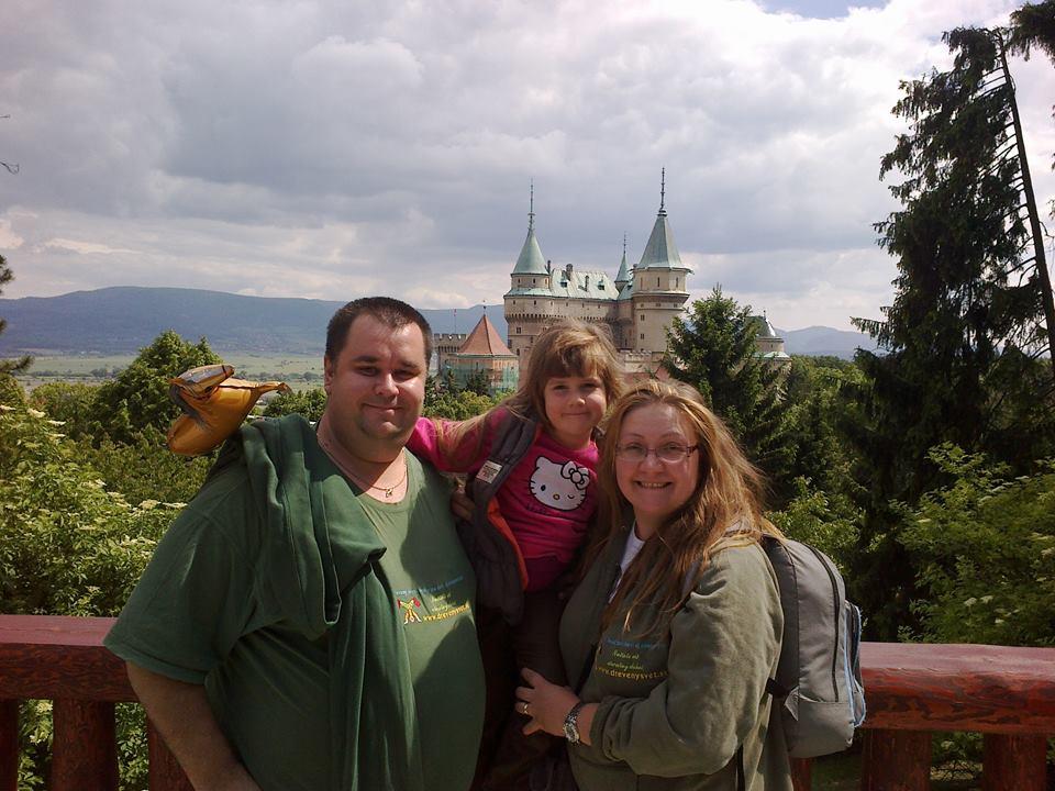 Andrej, Renátka a malá Lucka na výlete v Bojniciach.