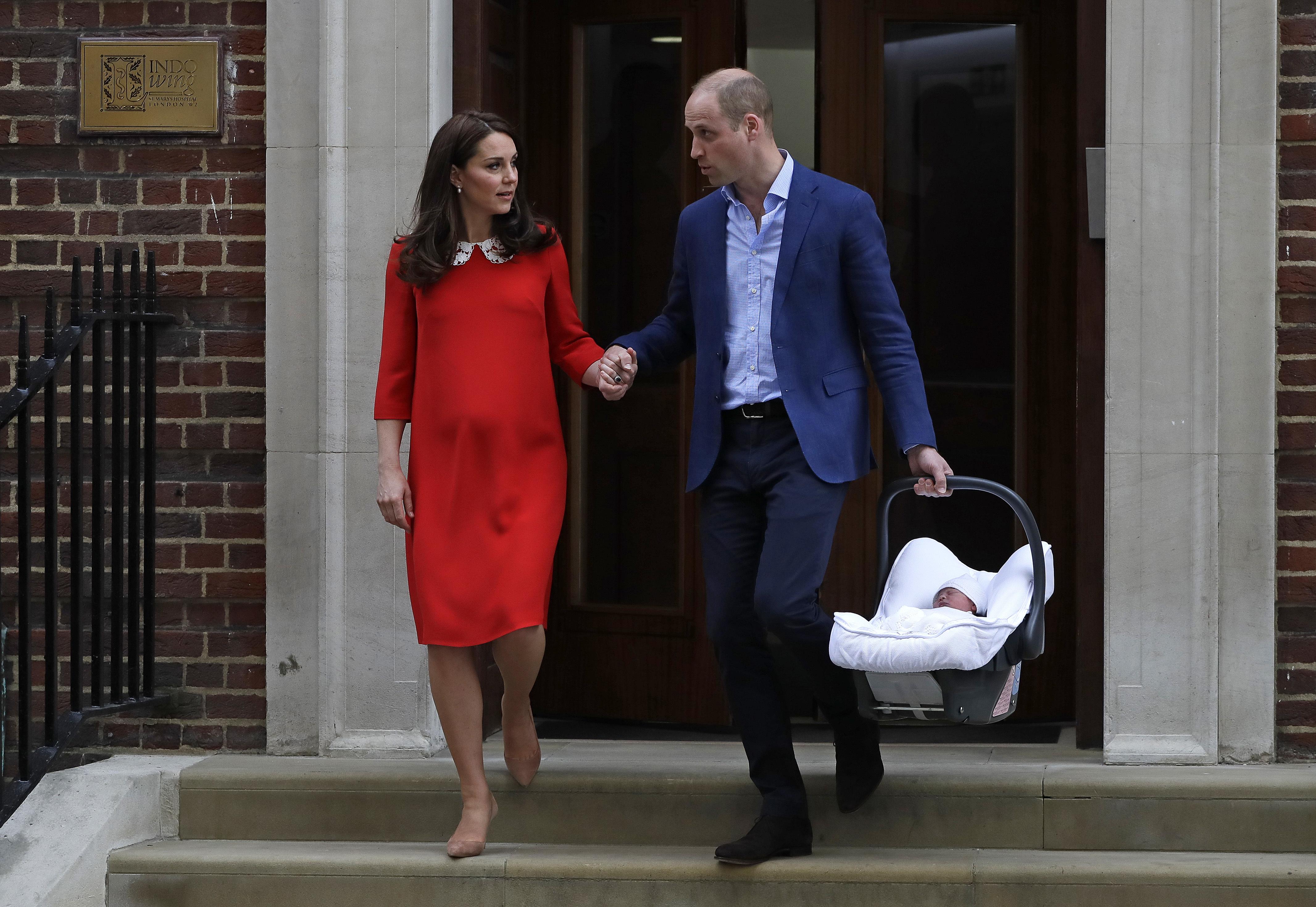 Britský princ William (vľavo) a Kate, vojvodkyňa z Cambridgeu odchádzajú so svojím novorodeným synom z nemocnice St. Mary v Londýne 23. apríla 2018. Manželka britského princa Williama, Catherine, porodila v pondelok syna, svoje tretie dieťa, v nemocnici v Londýne. Potomok je v poradí piatym v následníctve na trón.