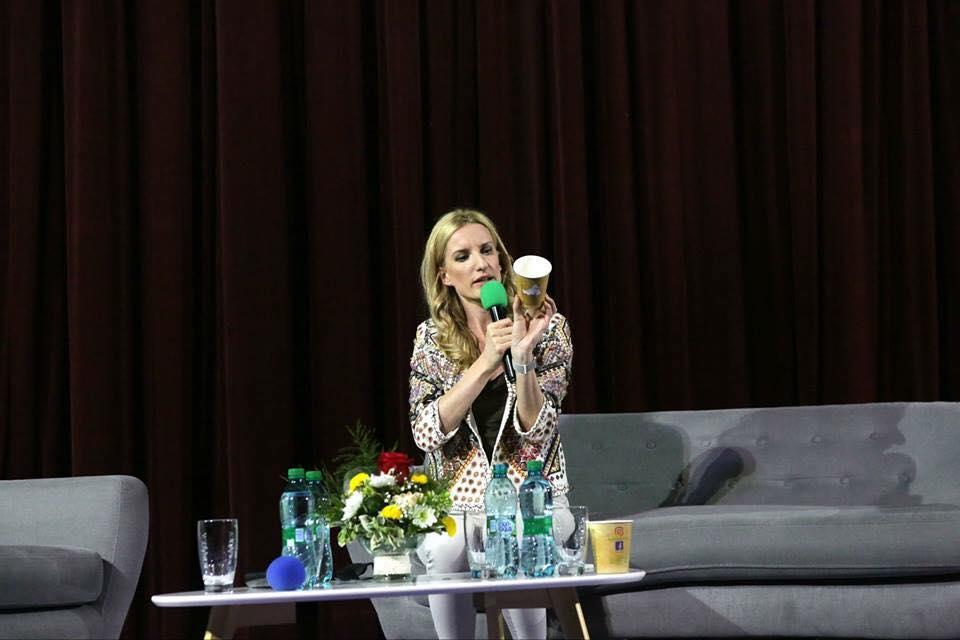 Fotka s Adelou Vinczeovou vznikla počas jej talkshow, ktorú usporadúval dámsky klub Fešanda v Partizánskom a Mestské 3D Kino v Partizánskom.