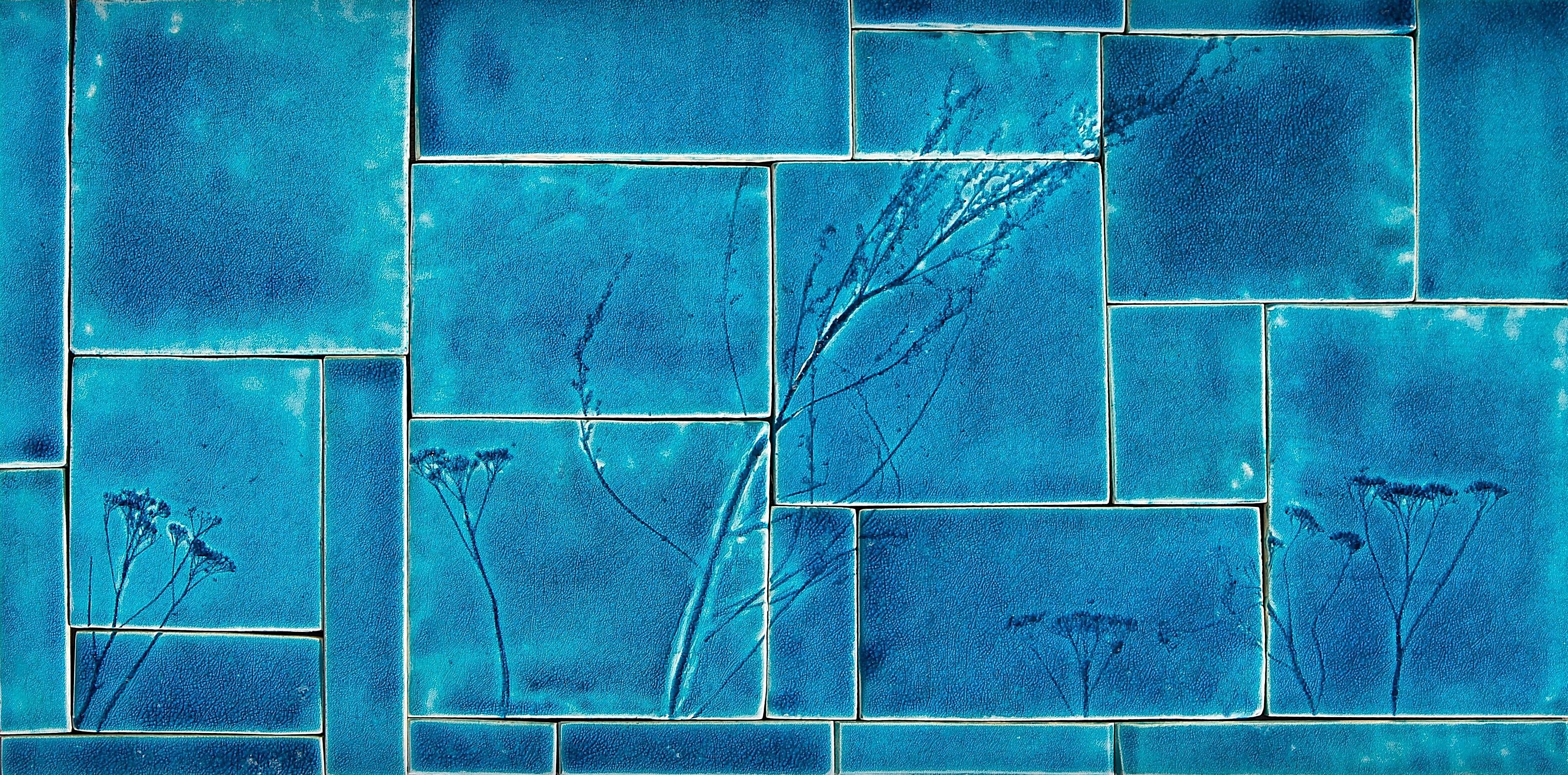 Tyrkysová mozaika sprírodným detailom.