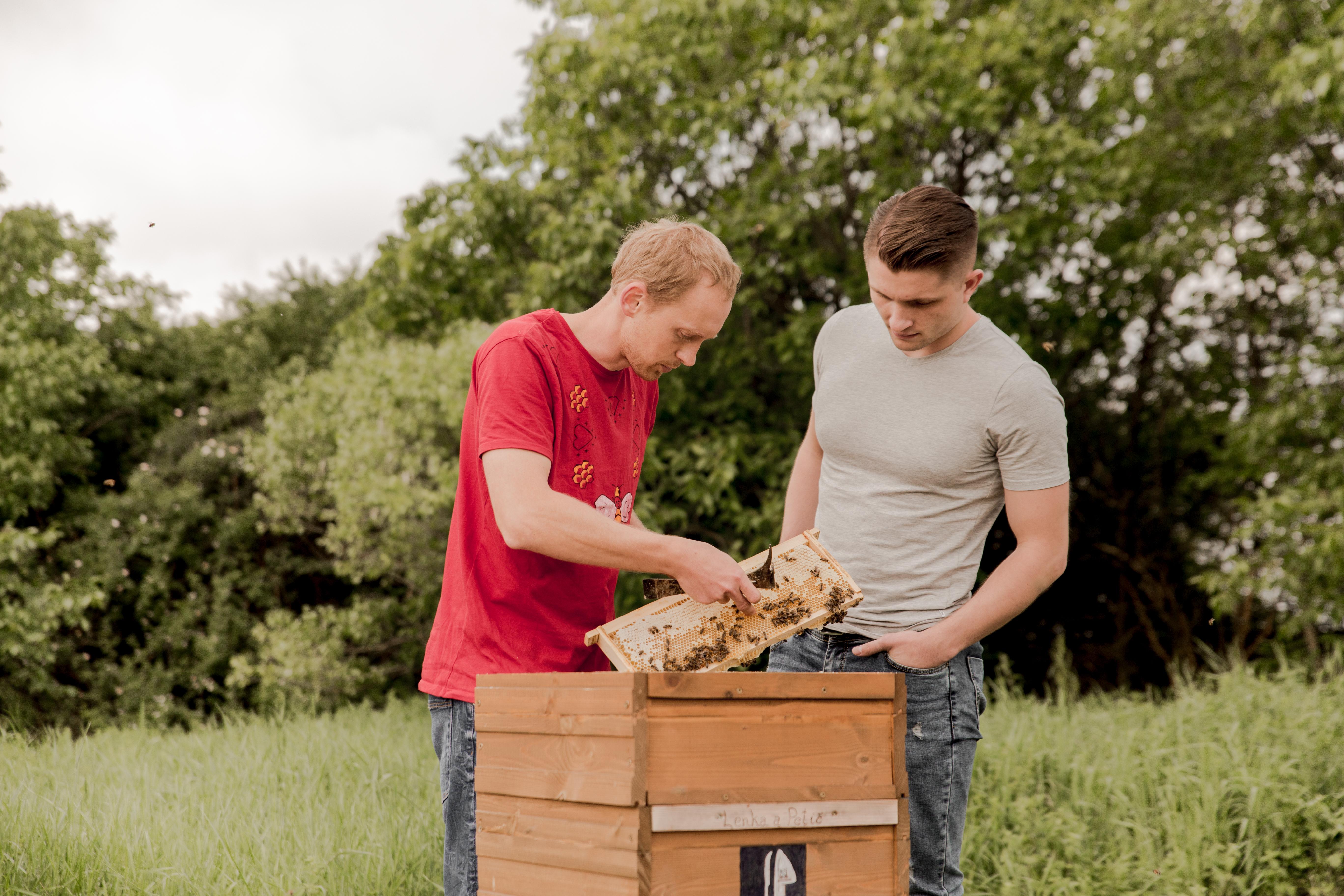 Adam (vpravo) pri včelárení.