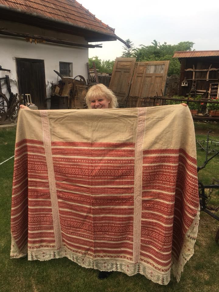 Daniela Pischová dostala darom aj takúto prekrásnu kutnú plachtu od rodiny Mišíkovej, ktorá pochádza zo súkromnej zbierky ich nebohého otca Víťazoslava, ktorý bol svetoznámym čipkárom z Piešťan.