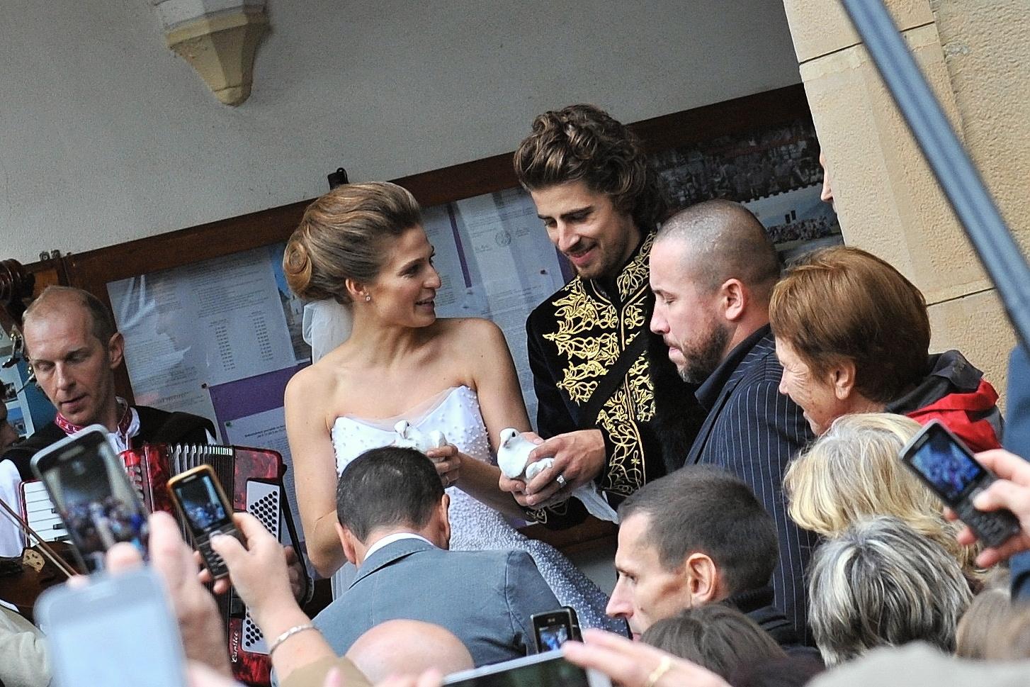Na snímke slovenský cyklista Peter Sagan a jeho manželka Katarína vypustili holubice po svadobnom obrade v rímsko-katolíckom kostole v Dolnom Kubíne 11. novembra 2015.