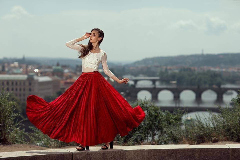 Plisované šaty sú vhodné aj na spoločenské udalosti.