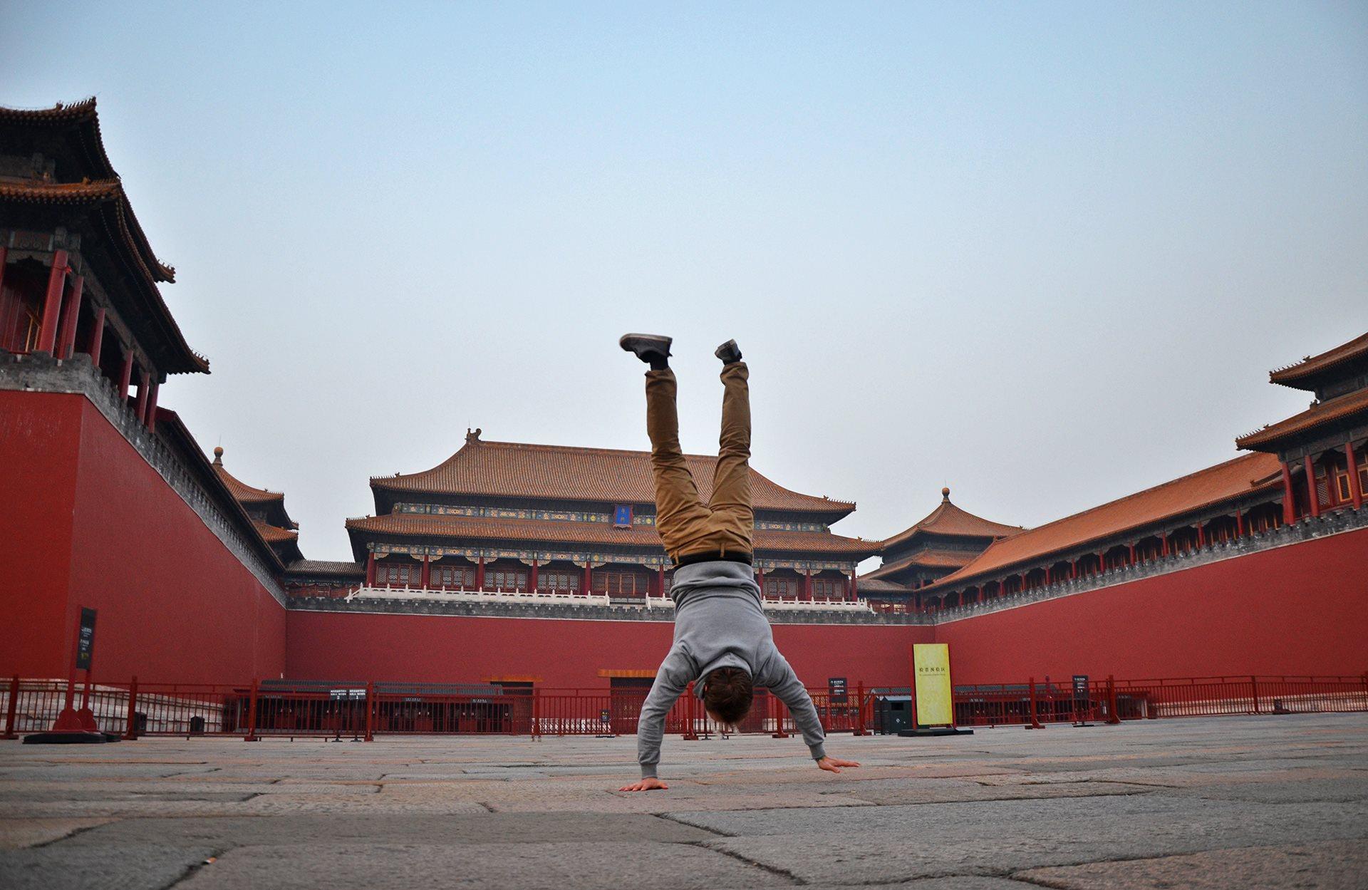 PEKING, ČÍNA Do Zakázaného mesta som sa nedostal, lebo je také zakázané, že na vstup niekedy čakajú stovky turistov. Bránu mi zavreli pred nosom po dvoch hodinách čakania v rade. Tak som si Zakázané mesto obišiel dookola a niekde tam sa mi podarilo urobiť aj túto fotku.