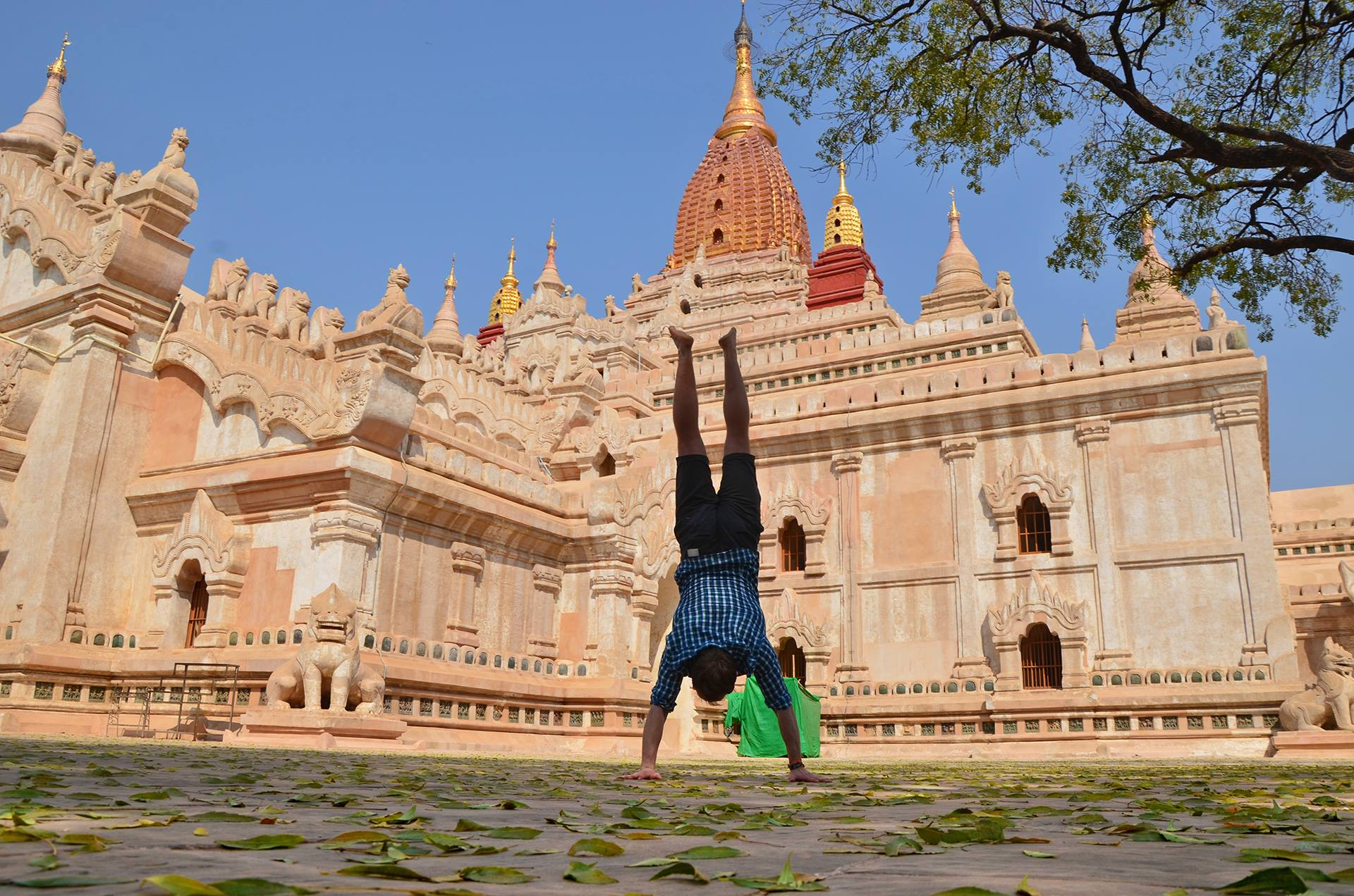 BAGAN, MJANMARSKO Jeden z chrámov v Bagane - dokopy je tu tých chrámov a pagôd vraj 2000. Jedno z najkrajších miest na svete.