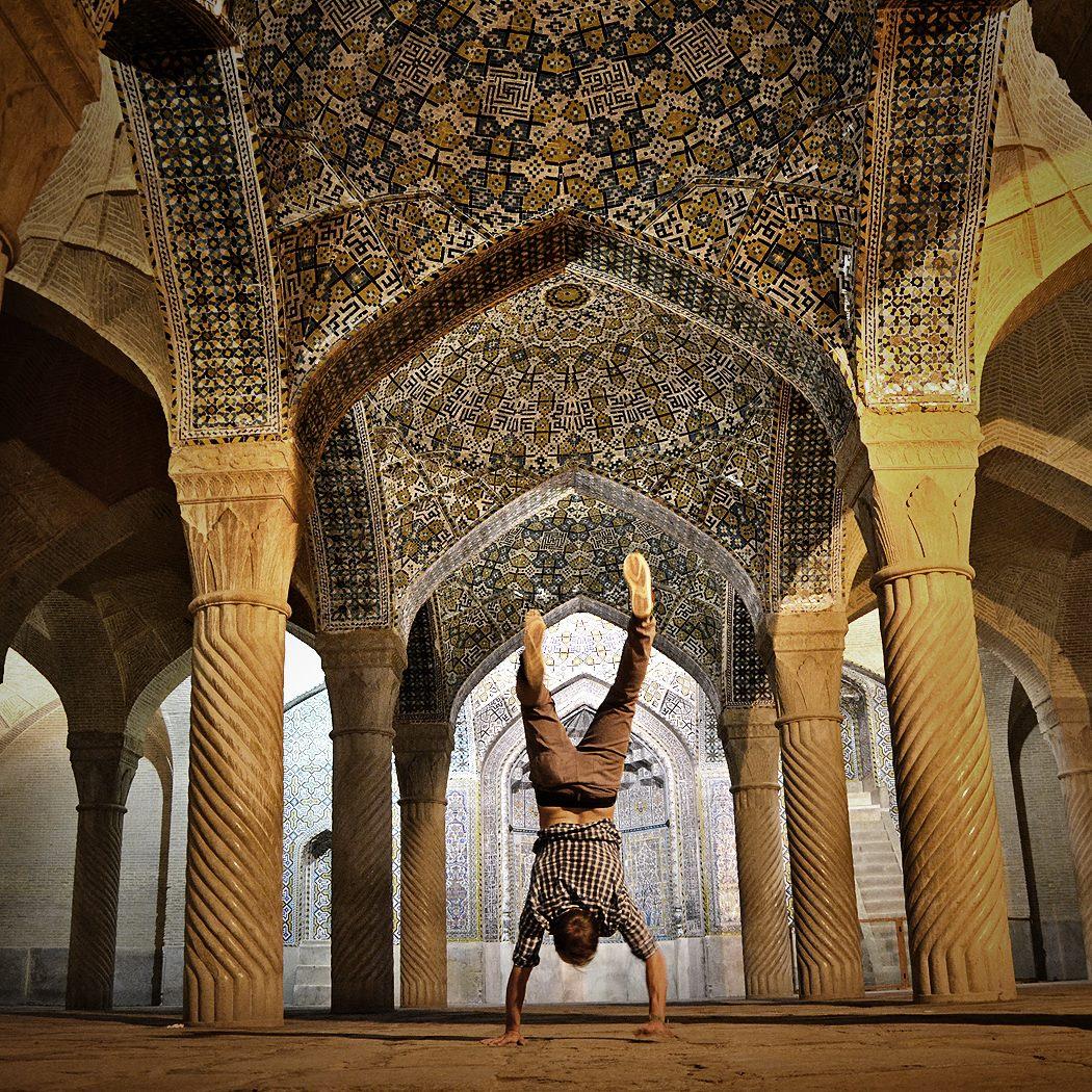 SHIRAZ, IRÁN Stojky som robil už všelikde. Od Vatikánu až po rôzne budhistické či hinduistické chrámy, ale ešte jedna špecialita mi chýbala - stojka vo vnútri mešity! To sa mi podarilo v Iráne. Mierne som sa bál zverejnenia, či som náhodou neprejavil nízku mieru rešpektu, ale nakoniec sa samotným Iráncom fotka na Instagrame páčila.