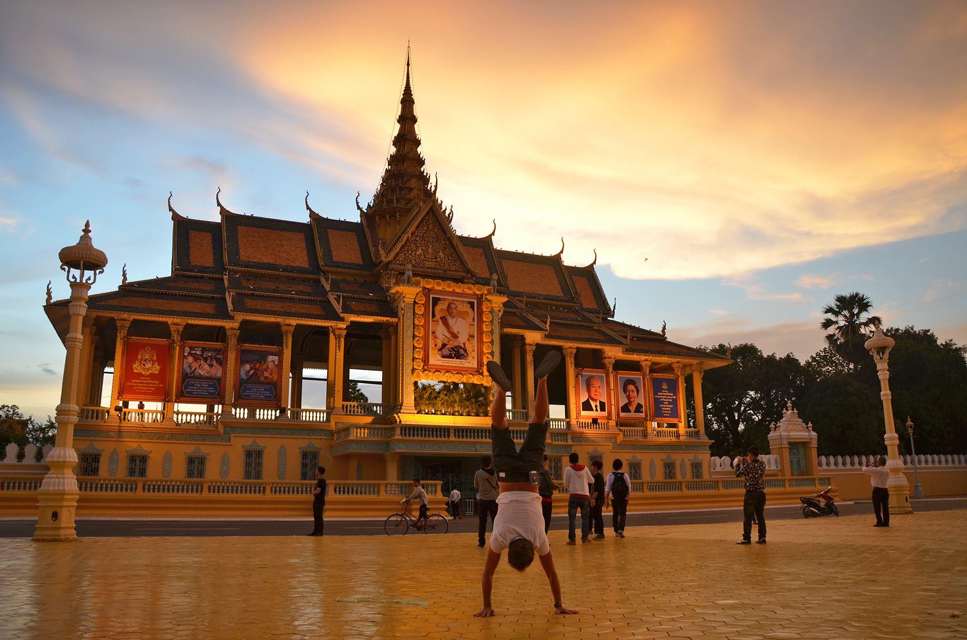PHNOM PENH, KAMODŽA Kráľovský palác v hlavnom meste Kambodže. Toto bolo krátko predtým, ako bratovi ukradli telefón a večer sme strávili na policajnej stanici. Starší tučný policajt sedel v slipoch na stole a mladší sa zatiaľ snažil v meste zohnať tlačiareň, na ktorej by sa vytlačila zápisnica o krádeži. Taký krásny večer.