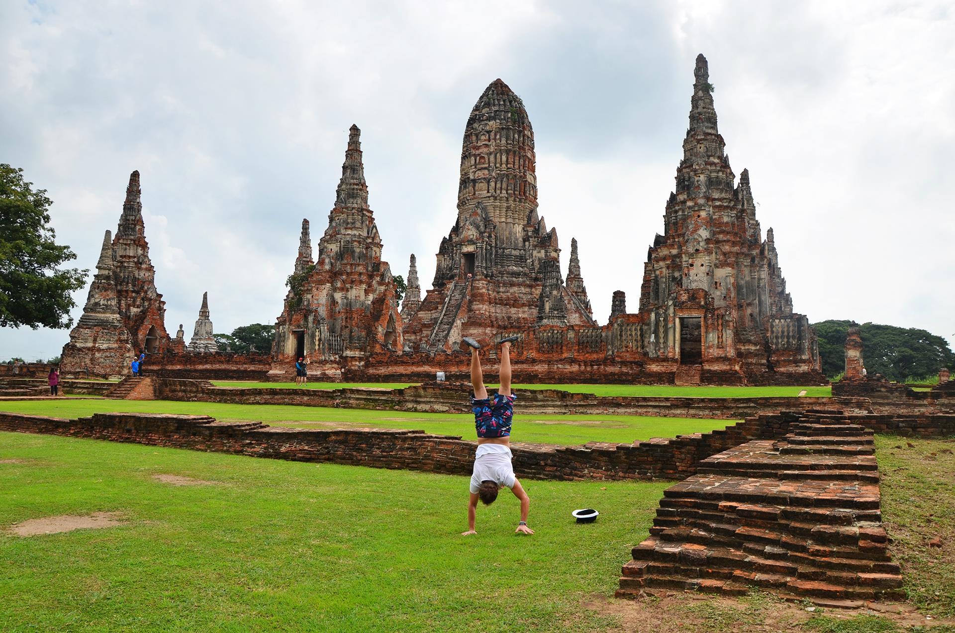 AYUTTHAYA, THAJSKO 80 kilometrov od Bangkoku je takéto mesto plné chrámov. V dávnych dobách to bolo najväčšie mesto na svete. Podnikli sme nízkorozpočtový trip z Bangkoku. Vlakom v tretej triede, na mieste sme si požičali bicykle a na jedenie sme kúpili kilo banánov. Dokopy asi 5 eur na osobu.