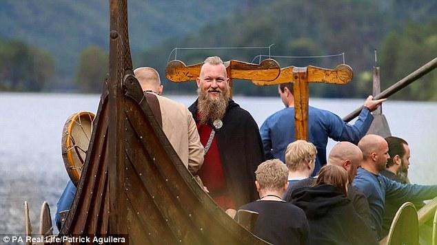 Rune prišiel na obrad na dlhej vikingskej lodi.