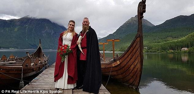 Elisabeth a Rune na brehu jazera, kde sa zobrali v pohanskom duchu.