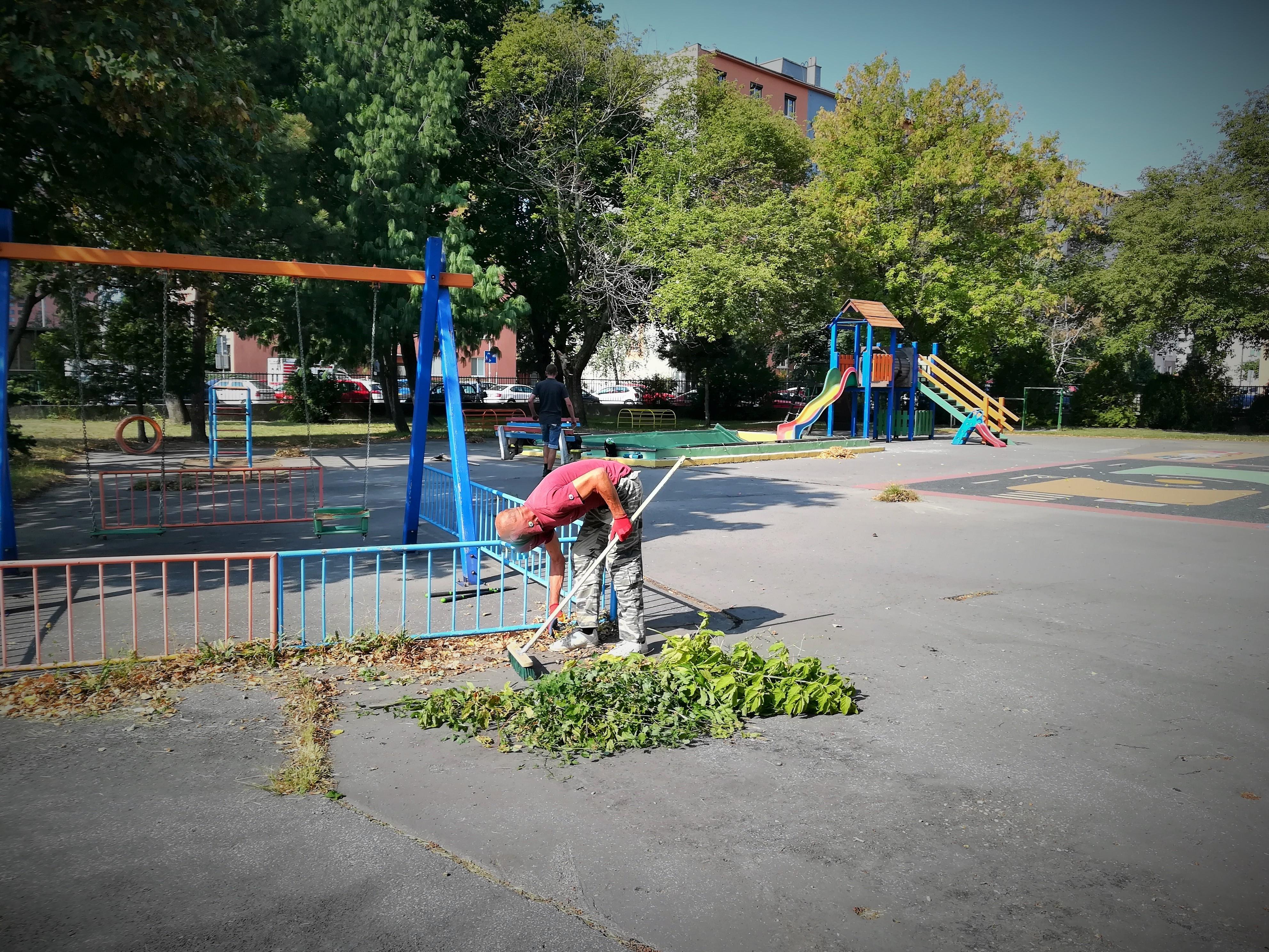 Detské hry vonku sú po prázdninách oveľa farebnejšie. Vyčistili im aj areál materskej škôlky.