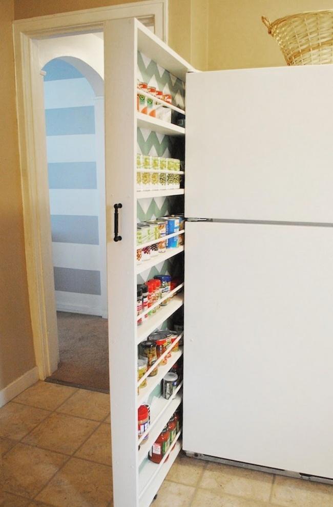 Chladničku a stenu delí od seba úzky priestor, tak prečo ho nevyužiť na superúzku zásuvku, kde môžete skladovať napríklad kompóty?