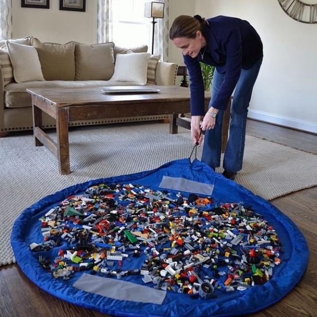 Podložka na hranie je bezpochyby skvelý vynález pre všetkých, ktorí majú deti. Po hraní ju totiž stiahnete do vaku a razom je upratané.
