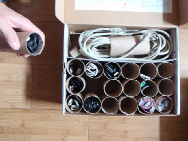 Nevyhadzujte rolky od toaletného papiera! Môžete totiž do nich uložiť káble.