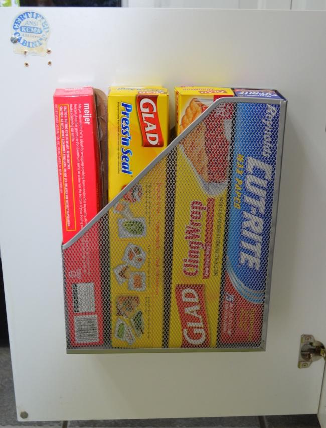 Takýto stojan na magazíny môžete nainštalovať do vnútornej časti skrinky v kuchyni a hneď si nájde svoje využitie.