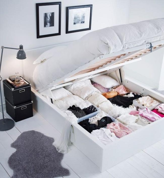 Mnoho ľudí poriadne nevyužíva priestor pod posteľou. Pritom sa tam zmestí toľko vecí!