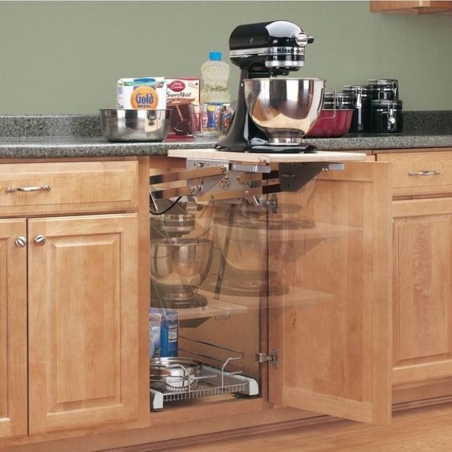 Nainštalovanie rozkladacej police pomôže vytvoriť ďalší priestor v kuchyni. Stačí mať doma zručného kutila.