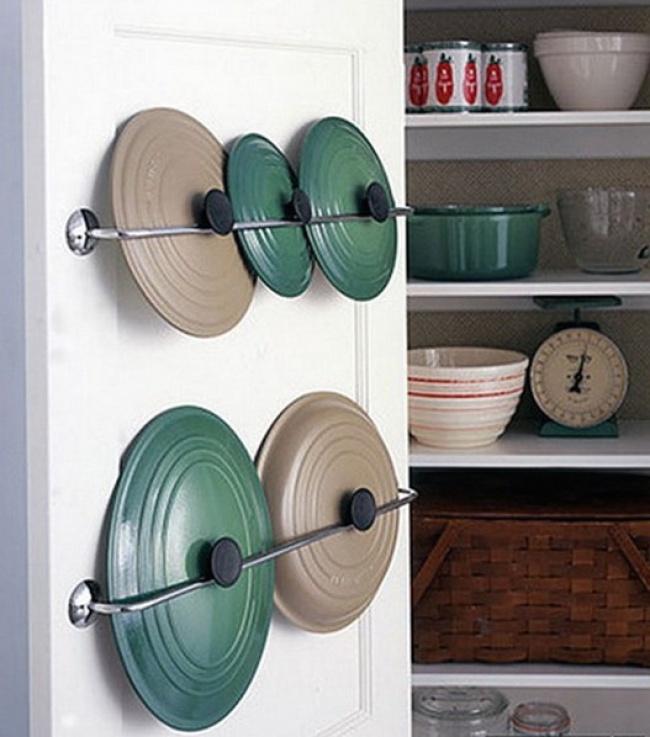 Vrchnáky z hrncov a panvíc umiestnite do vnútornej časti dvierok na skrini.